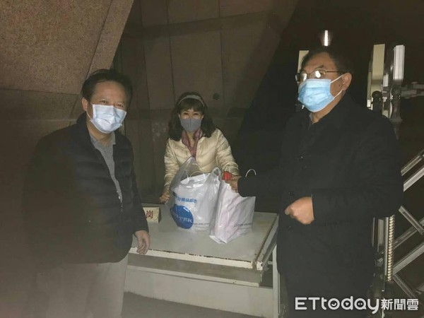 ▲▼ 姚人多在臉書PO出照片說,武漢台商的有血友病小朋友的媽媽(圖中)已經拿到從台灣送過去的藥了 。(圖/記者林紳旭攝)