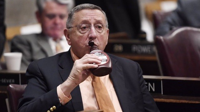 會開到一半竟狂飲巧克力醬 71歲州議員嚇壞上萬網友:甘甘?
