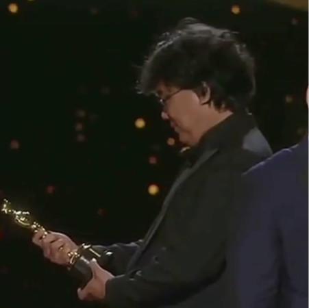 奧斯卡漏網/忘了鏡頭在拍! 《寄生上流》導演拿完獎「真實3表情」全球放送