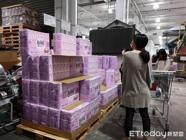 衛生紙、口罩「身價大漲」!擠掉高價單品 香港、新加坡也瘋搶