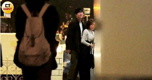 2人在國父紀念館2樓轉角處談心,期間梁凱莉上廁所出來後,邱昊奇冷不防地從後方貼住她。 (圖/本刊攝影組)