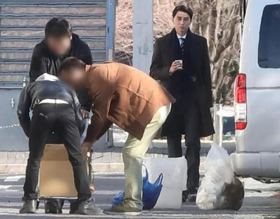 日本男星東出昌大被拍到在《刑警與檢察官》現場發呆的樣子。(網路圖片)