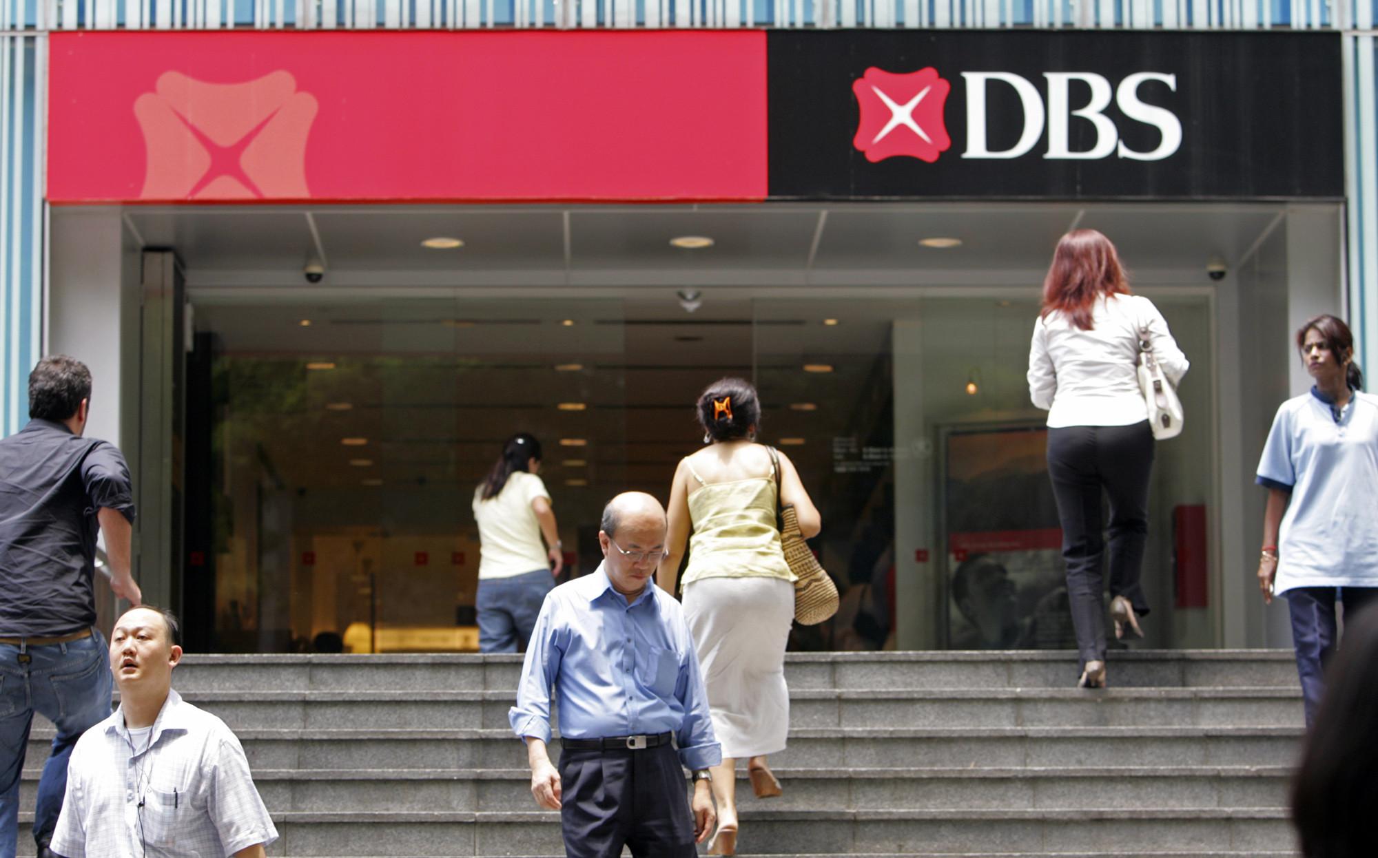▲▼新加坡民眾進出星展銀行(DBS)的一家分行。(圖/達志影像/美聯社)