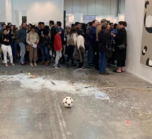 評論家放「汽水罐」毀了60萬元藝術品 滿地碎玻璃嚇壞觀眾