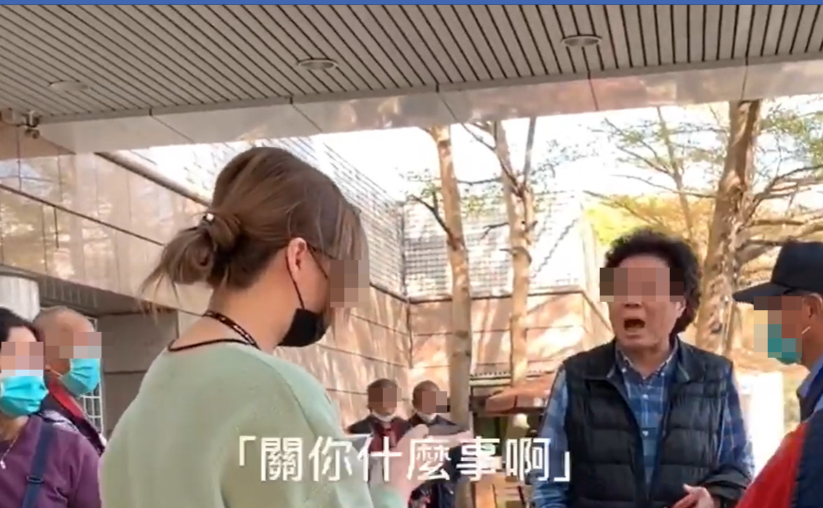 不戴口罩被擋醫院門口!捲髮伯爆氣鬧場…跳針怒嗆:關妳什麼事?