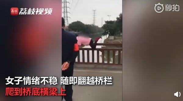 大媽「不戴口罩」硬闖3防疫關卡 爬到橋底大吼:擋我者死!
