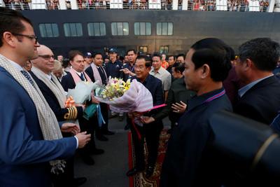 威士特丹號417人下船 柬總理迎接