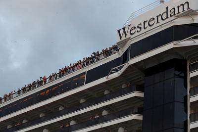 威士特丹號900乘客下船 狂讚柬埔寨