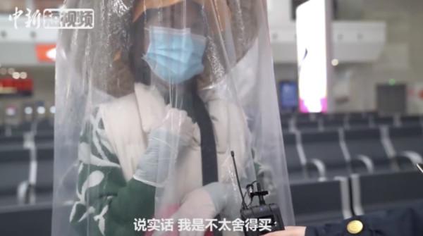 斗笠加塑膠袋!她花90元做「女俠裝」...專家打臉:病毒污染全身機率不大