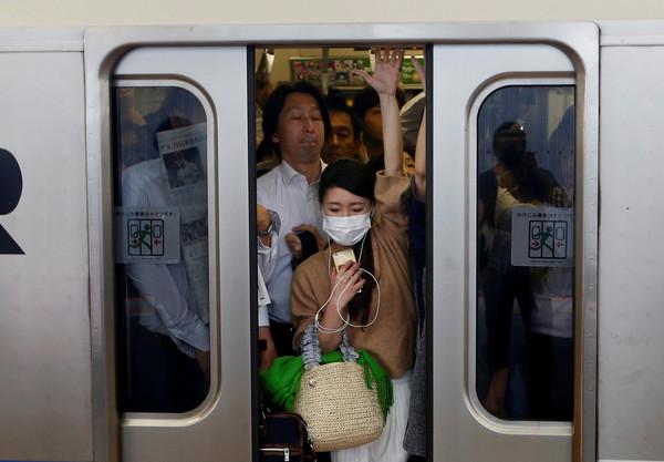 「他咳嗽沒戴口罩」!日男搭地鐵按「緊急停車」怒檢舉 市交局傻眼:頭一遭