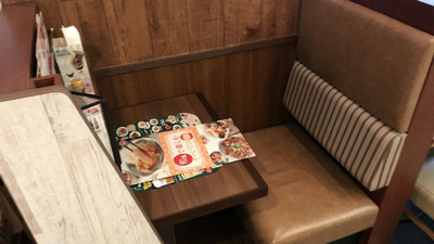 擔心密閉空間群聚感染!日本大推「一人用餐座位」 安心脫口罩吃飯