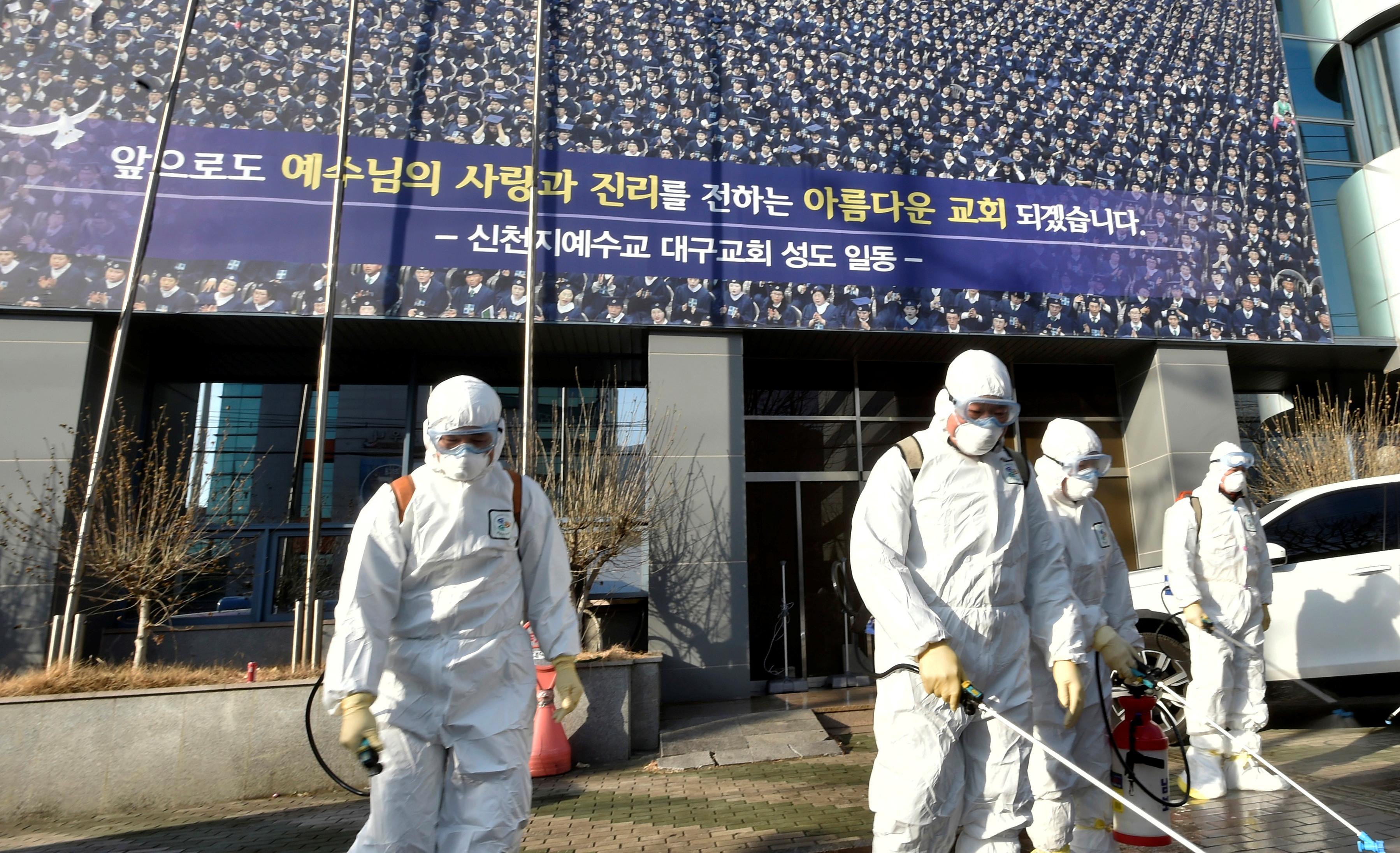 ▲▼防疫人員在新天地教會外進行消毒工作(圖/路透社)
