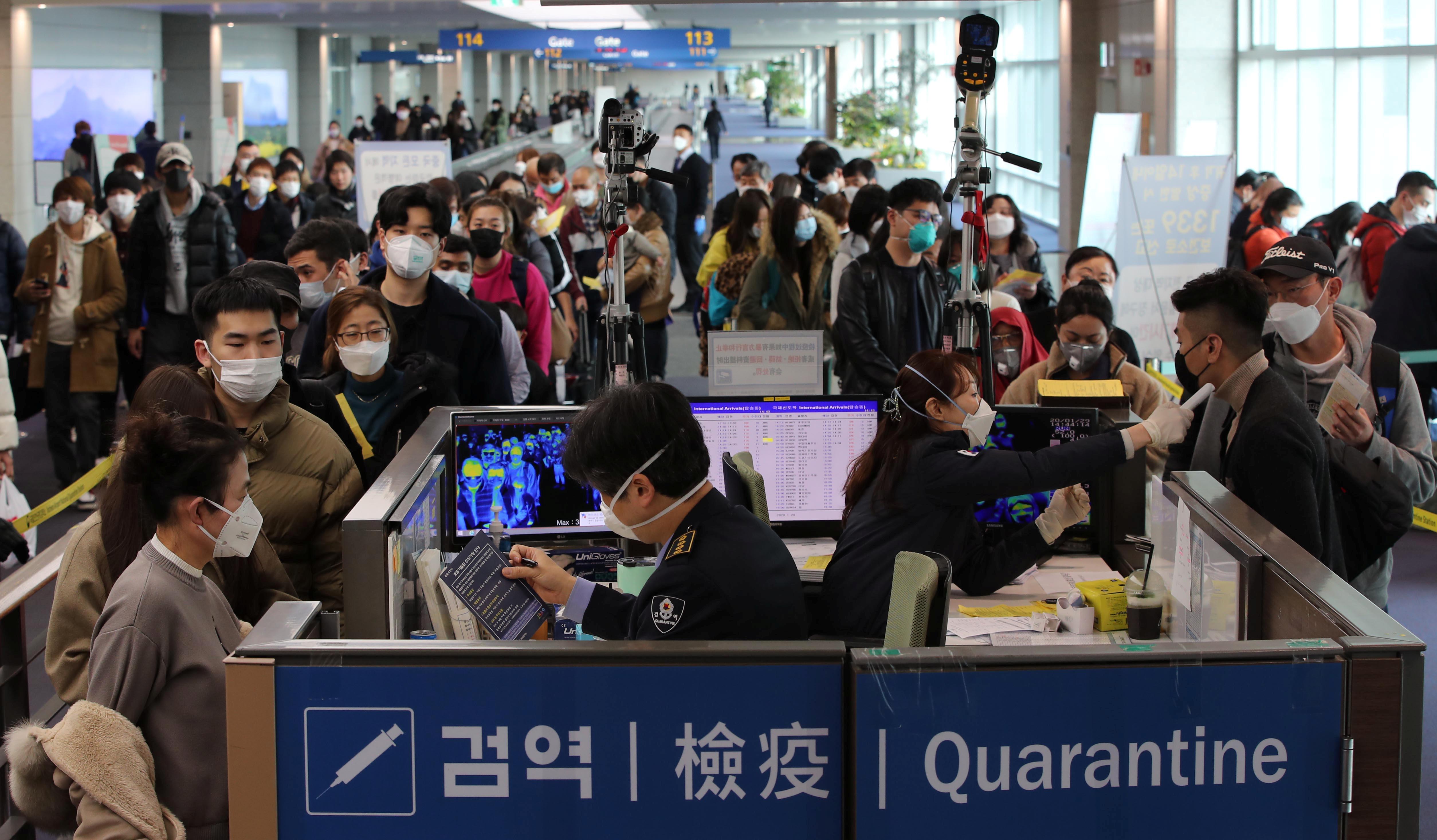 ▲▼大批中國遊客戴著口罩,準備從南韓人川機場入境(圖/路透社)