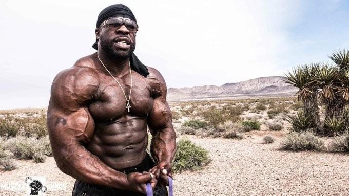 不用器材也能變巨巨!貧窮男被關自創「囚徒健身法」 背獄友當負重訓練