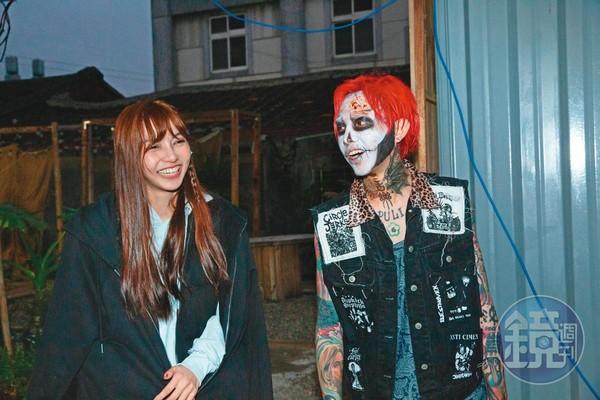 先前謝和弦(右)拍攝MV時,莉婭(左)擔任服裝顧問陪伴在旁。