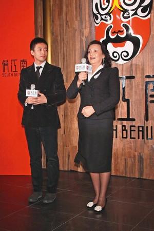 汪小菲的媽媽張蘭(右)也不是省油的燈,她與S媽對小孩的養成問題也是意見相左。(東方IC)