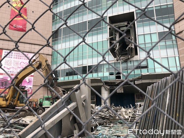 ▲▼京華城拆除作業正式動工,直達4樓的手扶梯已被拆除。(圖/記者林裕豐攝)