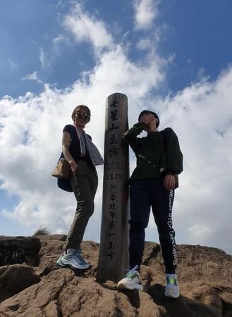 ▲▼吳青峰、田馥甄去爬山。(圖/翻攝臉書)