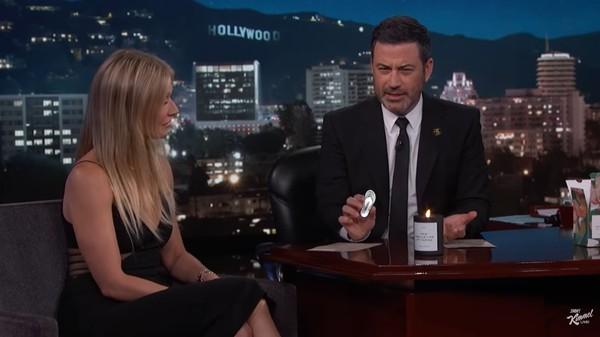 ▲▼吉米金莫開箱葛妮絲派特洛陰道蠟燭。(圖/翻攝自YouTube/Jimmy Kimmel Live)