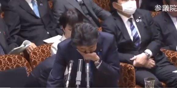 ▲安倍晉三在會議上多次咳嗽。(圖/翻攝自日本參議院影片)