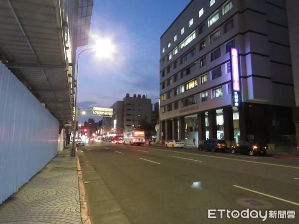 ▲▼京華城吹熄燈號後周邊商街跟著掀起撤店潮。(圖/記者黃靖惠攝)