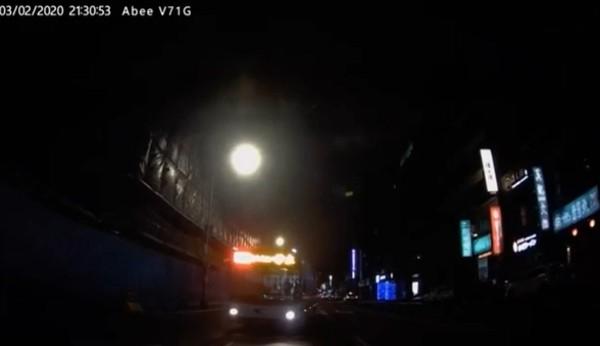 ▲小甜甜公開車禍行車紀錄器畫面。(圖/翻攝自臉書/小甜甜 張可昀)