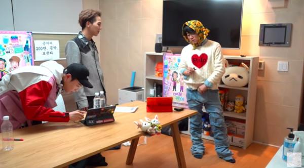 ▲羅PD穿「宋旻浩改造牛仔褲」 網一看全身照笑瘋:你也有這天!(圖/翻攝自YouTube)