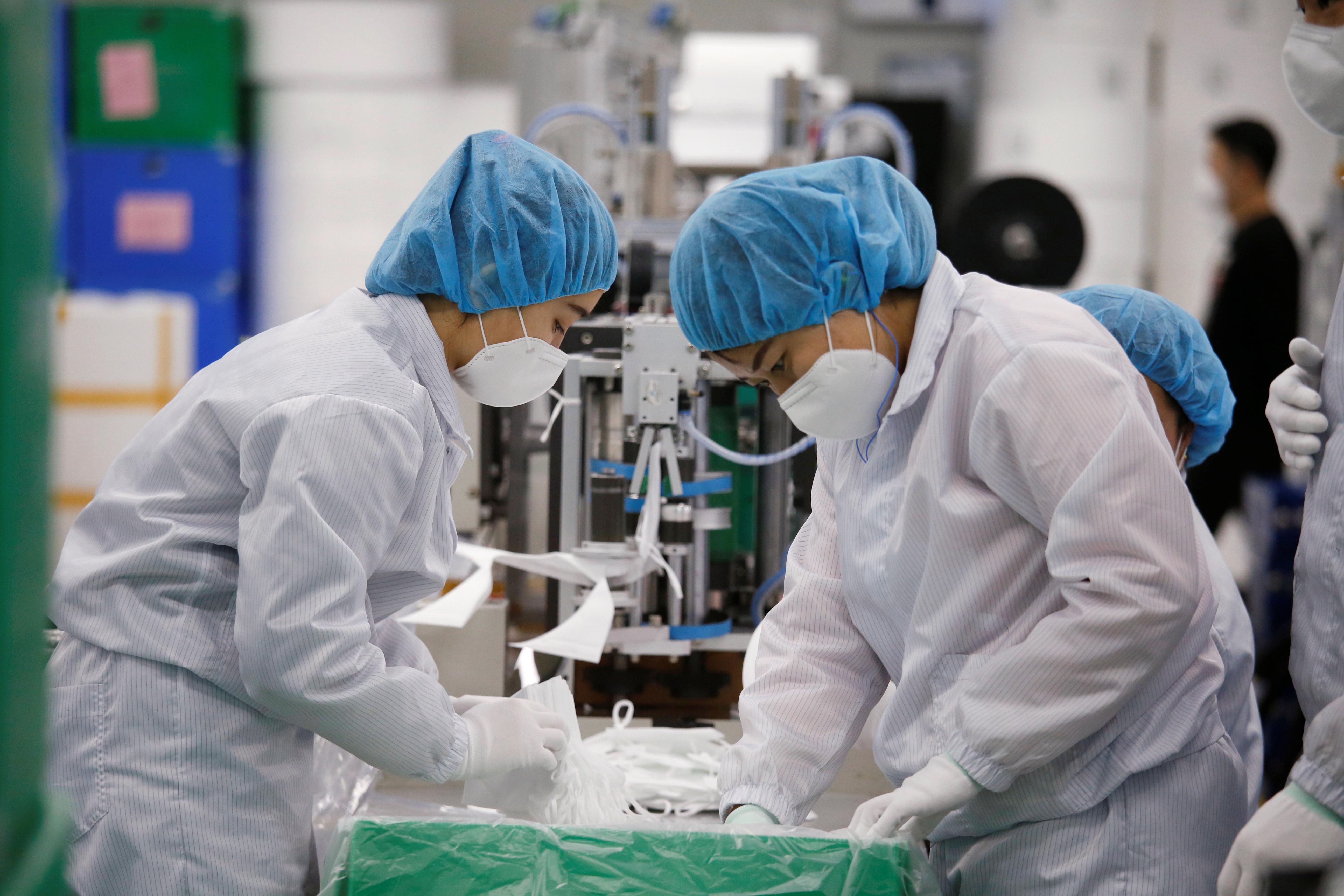 ▲▼ 南韓仁川一家口罩工廠趕工生產。(圖/路透)