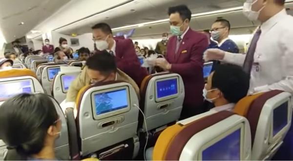 ▲▼中國女機上對空姐狂咳,下秒慘遭壓制。(圖/翻攝Youtube)