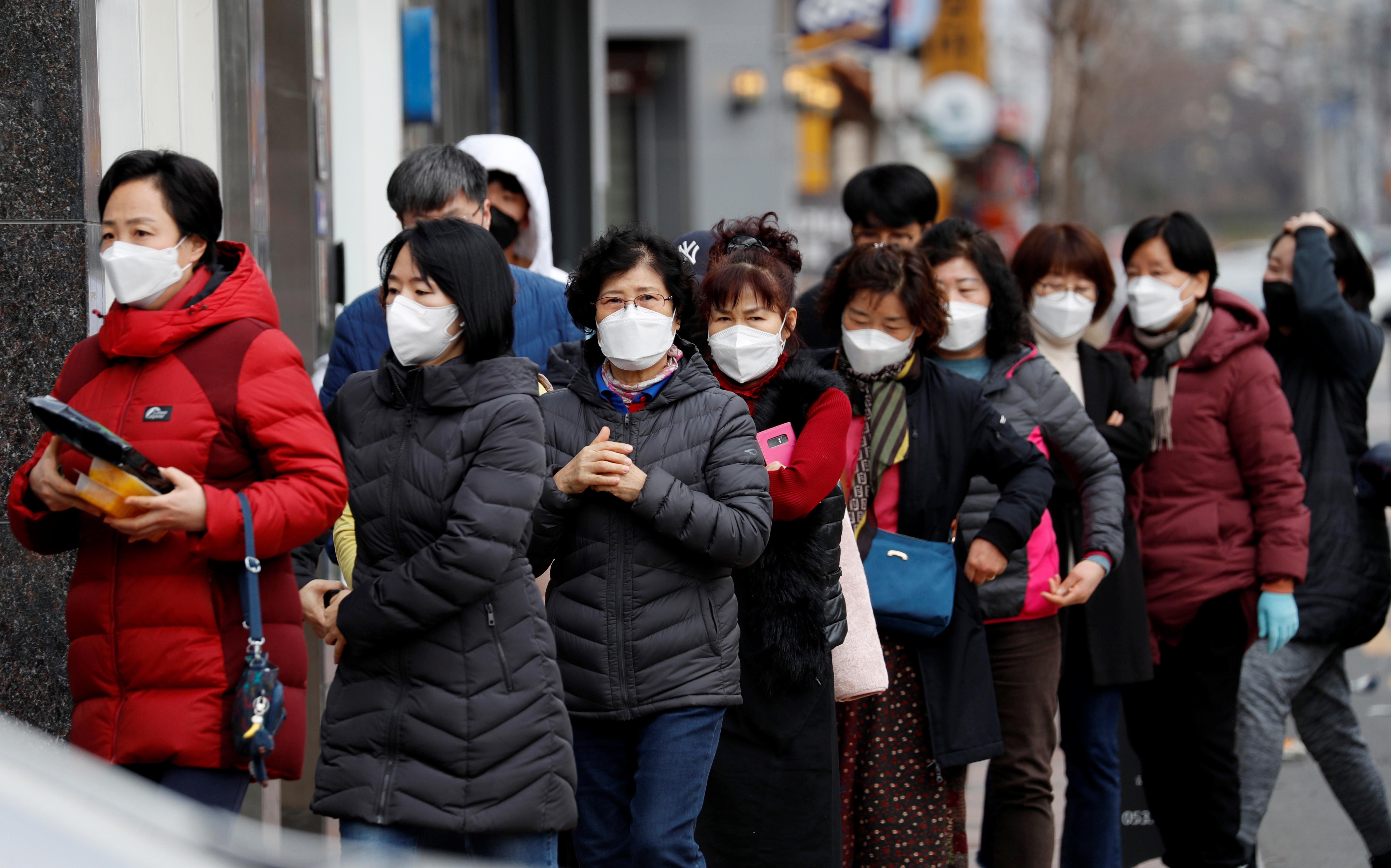 ▲▼ 南韓民眾排隊購買口罩。(圖/路透)