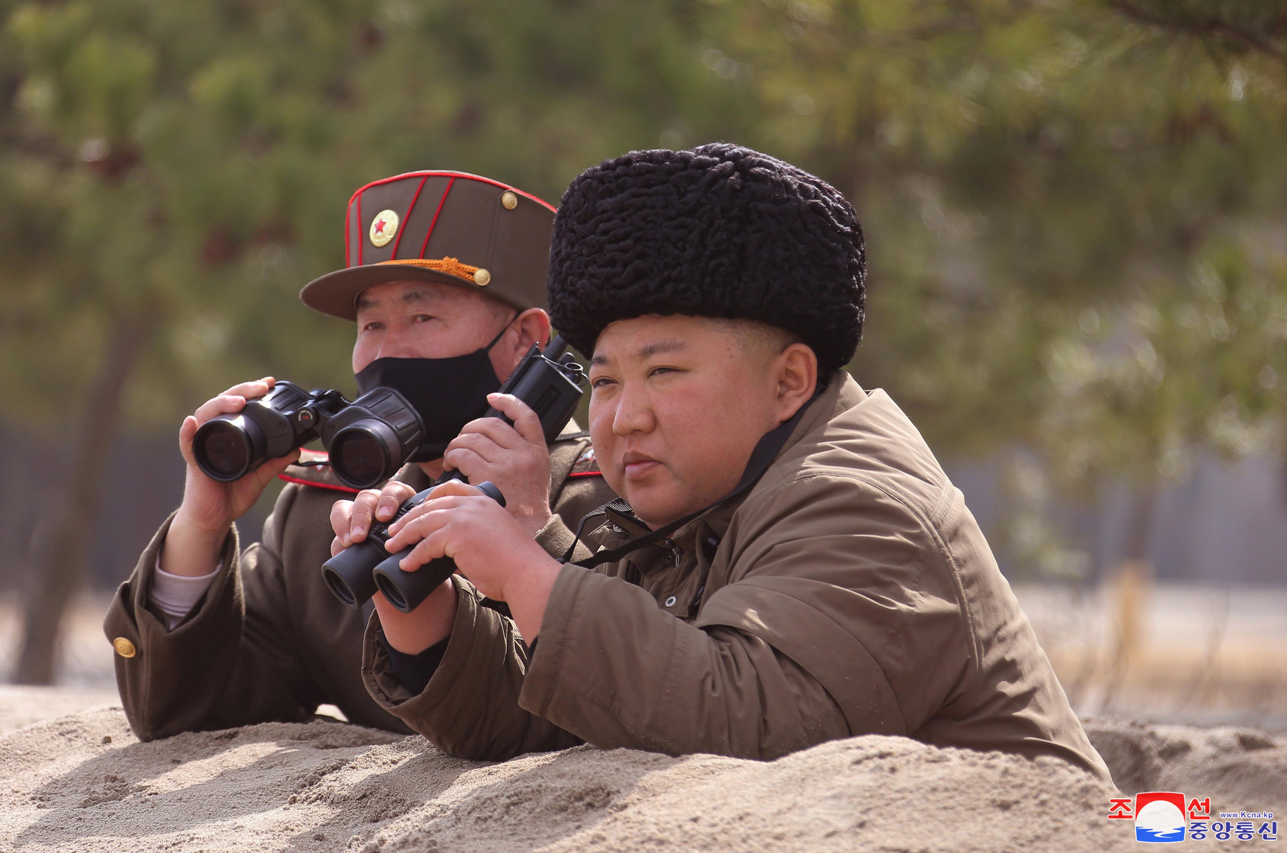 ▲▼1月試射2次! 金正恩趴沙丘大讚滿意:砲兵威力就是北韓軍隊的威力。(圖/路透)