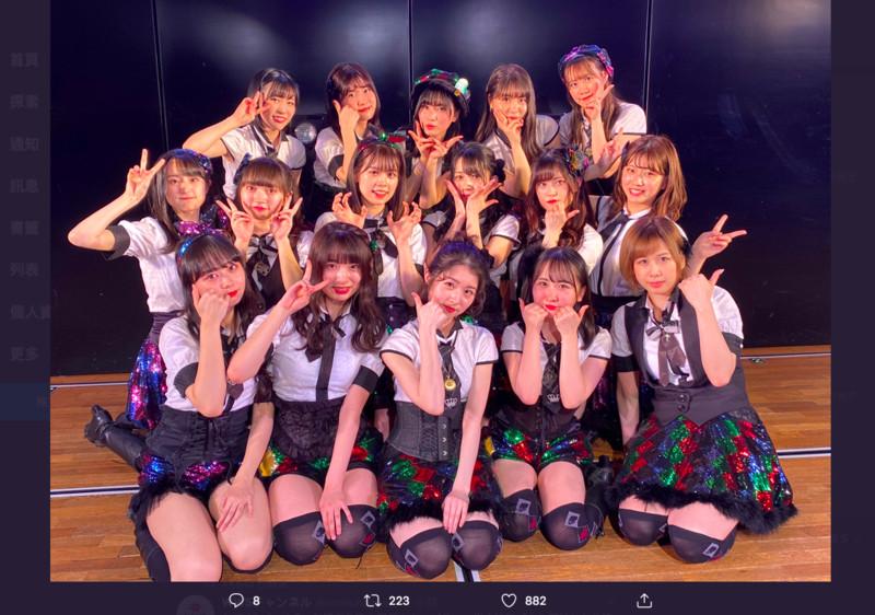 為了呼應居家檢疫政策,AKB48把最難買到票的劇場公演,連續4場搬上網路,期間限定的免費直播讓大加收看。 (翻攝自AKB48官方推特)
