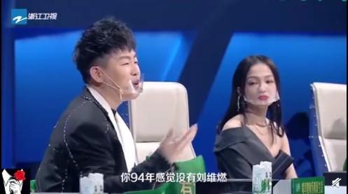 ▲藝人錄影戴超囧口罩。(圖/翻攝自微博/教父娛樂)