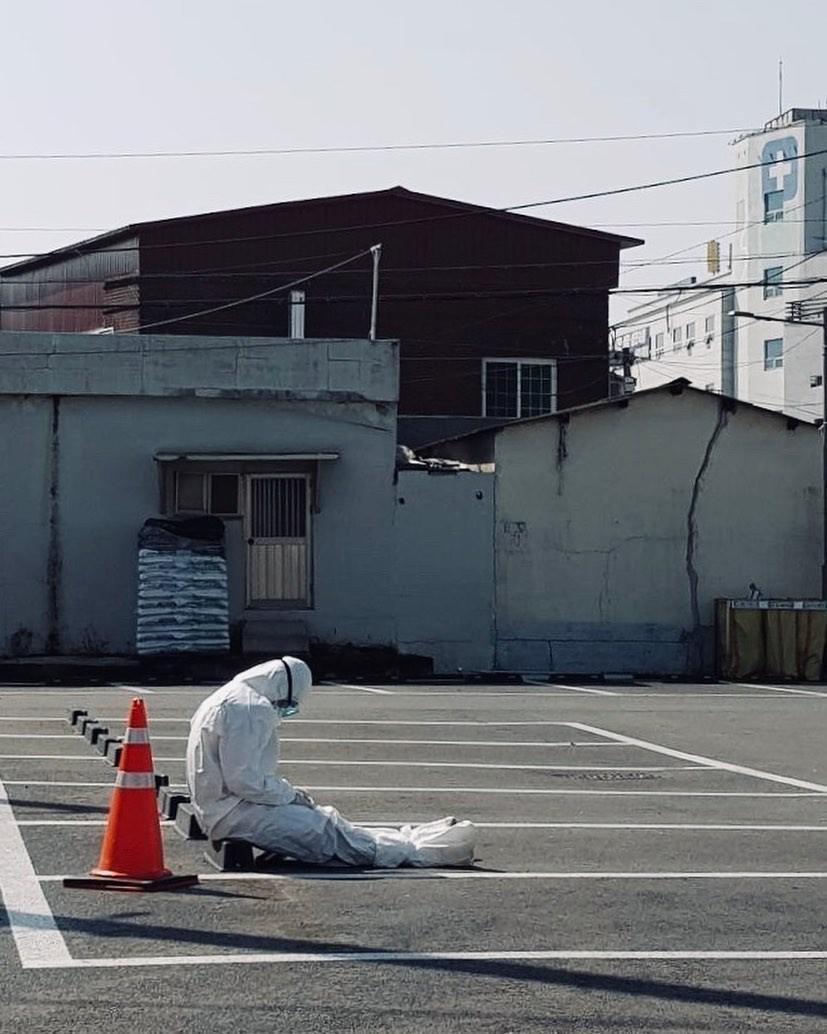 ▲▼南韓大邱的檢疫人員坐在路邊休息(圖/翻攝自Instagram@daegunow)