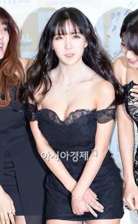 ▼RAINBOW成員趙賢榮一席爆乳短裙裝性感現身。(圖/翻攝自nate)