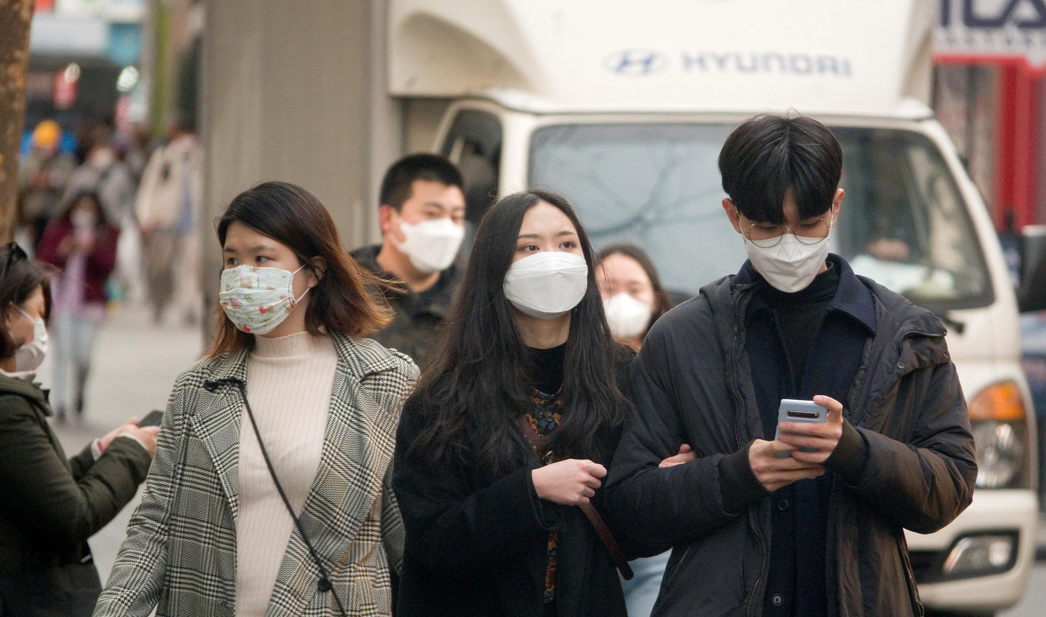 ▲▼南韓民眾排隊購買口罩。(圖/達志影像)