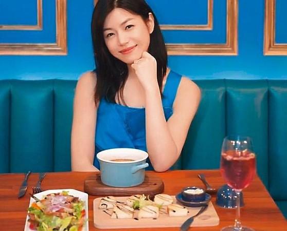 陳妍希曾在臉書幫陳爸爸的店「星Bar餐酒館」宣傳,像代言人一樣拍了不少照片推薦美食。(翻攝自陳妍希臉書)