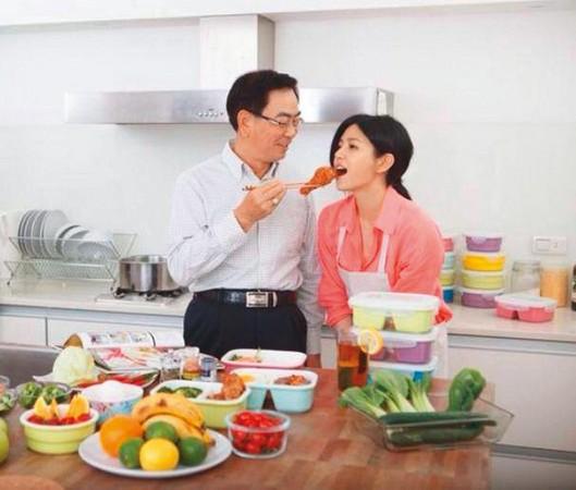 陳妍希跟爸爸陳欽榮感情很好,曾在臉書放上餵炸雞的親密照片。(翻攝自陳妍希臉書)