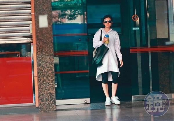 暫時沒工作的陳妍希,日前隻身在台北上瑜伽課後,前往微風廣場吃迴轉壽司,再回家陪兒子。