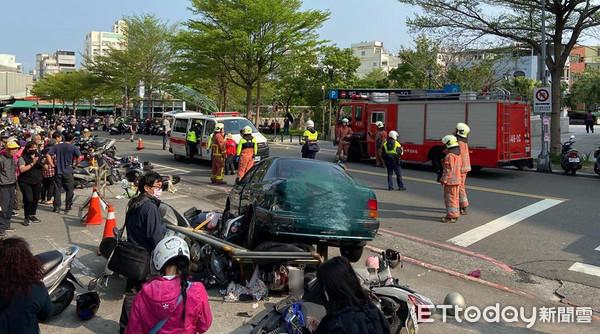 ▲整輛車直接衝上人行道,把停在上面的機車都撞倒,更有2部機車被壓在車下。(圖/記者黃孟珍翻攝)