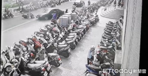 ▲畫面曝光!新竹84歲翁駕車「Z字型倒退嚕」撞倒一整排機車!女騎士慘死。(圖/記者黃孟珍翻攝)