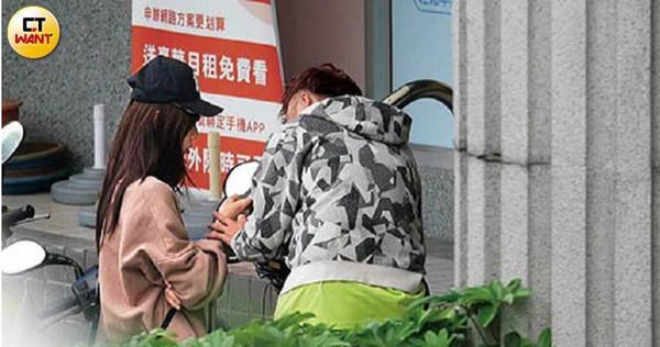 KID和女友即使出入公眾場所,依然不顧旁人親密互動。(圖/本刊攝影組)