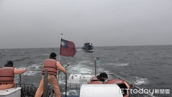 漁船不明原因起火失去動力 馬祖海巡馳援拖帶回東引中柱港