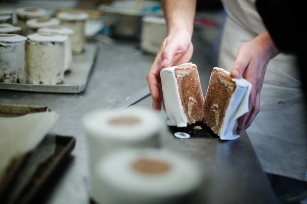 ▲德國烘培師Tim Kortuem製作的衛生紙蛋糕。(圖/路透)