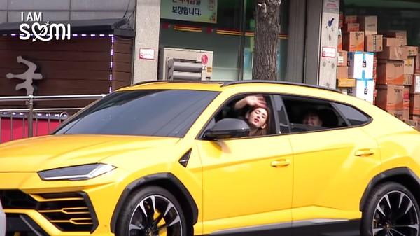 ▲SOMI剛滿19歲坐駕駛座「我車升級了」!網查「驚人天價」登熱搜。(圖/翻攝自YouTube/THEBLACKLABEL)