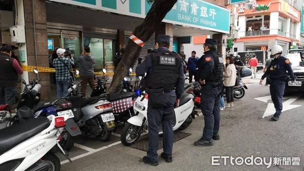 ▲▼台北板信銀行30日上午發生搶案。(圖/記者黃彥傑攝,下同)