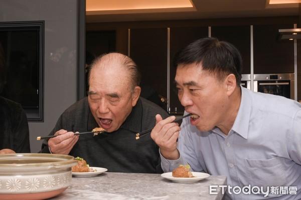 郝柏村父子下廚畫面曝!合力捏「家傳獅子頭」…餐桌日常成絕響