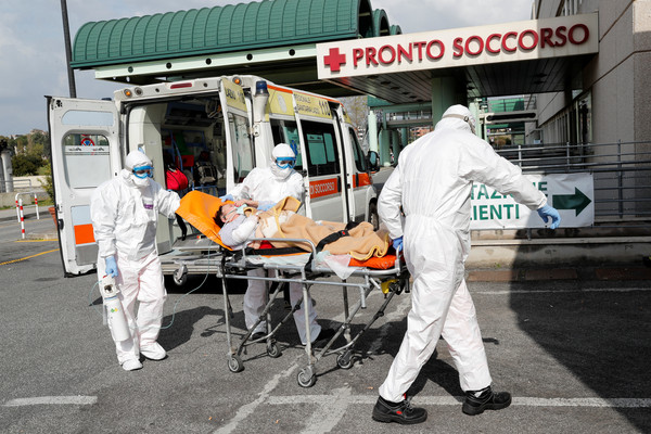 ▲▼義大利醫護人員運送病患,新冠肺炎,新冠病毒。(圖/路透)