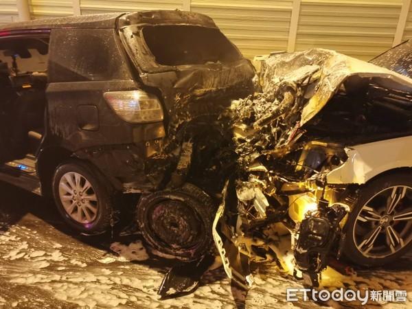 快訊/台中沙鹿連環車禍1命危6傷 6車撞成一團「起火燃燒」