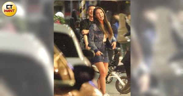 林采緹與口罩男站在路邊抽菸聊天,聊到開心處不時大笑。(圖/本刊攝影組)